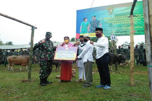 Personel TNI Bagikan Hewan Qurban ke Pengungsi Bantuan Kepala Staf TNI Angkatan Darat