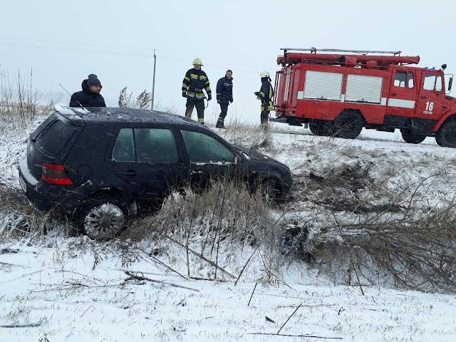 На Обухівщині ряувальники витягли з кювету авто - у всьому винна слизька дорога