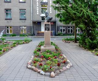 Лунинець. Вул. Фрунзе, 12. Пам'ятник Миколі Калинковичу