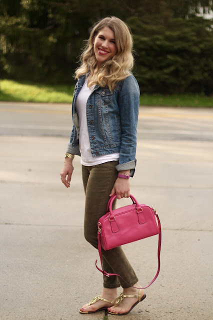 white tee, camo pants, denim jacket, pink leather bag, casual camo pants outfit, spring outfit,