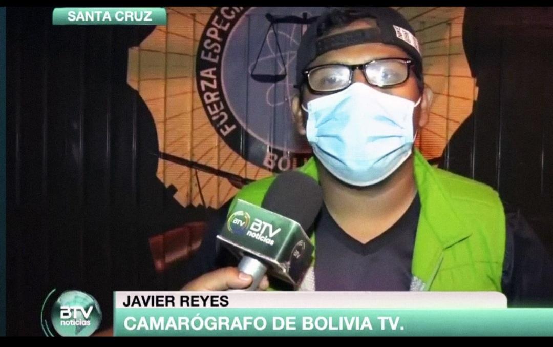 El camarógrafo de BoliviaTv César Javier Reyes Berríos informa sobre la denuncia de agresión presentada ante la policía / CAPTURA BTV