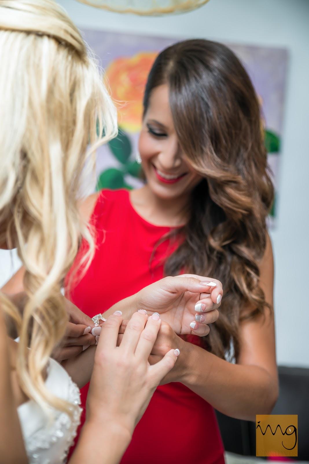 Fotografía de la novia en sus preparativos