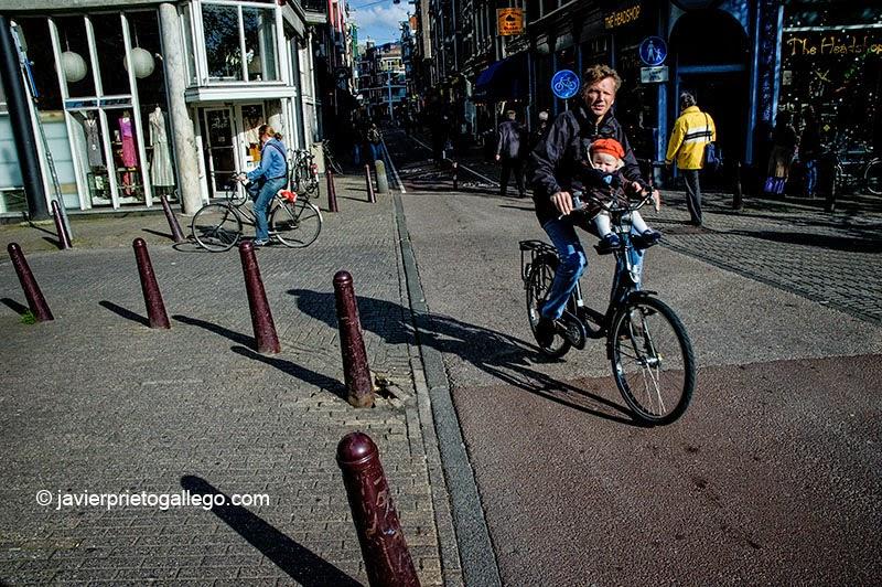 Ciclista en Nieuwe Hoogstraat. Amsterdam. Holanda, 2005.