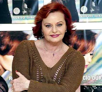 Foto de Rocío Dúrcal con los brazos cruzados