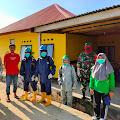 Sinergi TNI-Polri Dan Pemdes, Petugas Pustu Laksanakan Penyemprotan Disinfektan Di Kayuadi