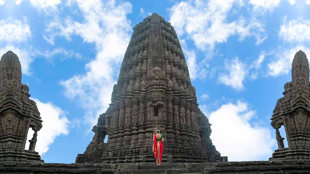 गोंदेश्वर मंदिर सिन्नर / मॉडेल - रागिणी कर्डीले - महाराष्ट्र भारत   Gondeshwar Temple Sinner / Model - Ragini Kardile - Maharashtra India