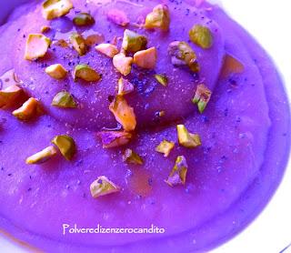 cremosa di patate viola con pistacchi sbriciolati e semi di papavero