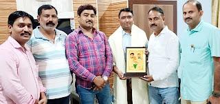 #JaunpurLive : वी प्रांजल फिल्म क्रिएशन ने तहसीलदार मान्धाता सिंह को किया सम्मानित