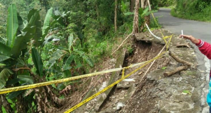 Tanggul Jalan di Lamatti Riattang Ambruk