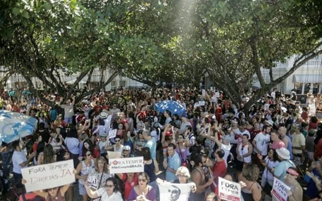 Manifestantes contrários ao governo de Michel Temer concentram-se em frente ao Hotel Copacabana Palace