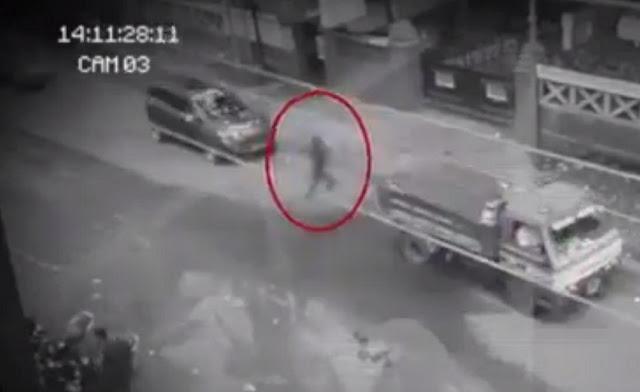 Video e një buri-'Fantazëm' që ecën në rrugë me trafik pa u prekur?!