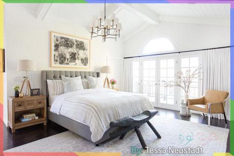 غرفة نوم واسعة مع الوان محايدة بالرمادي مع الأبيض المشرق