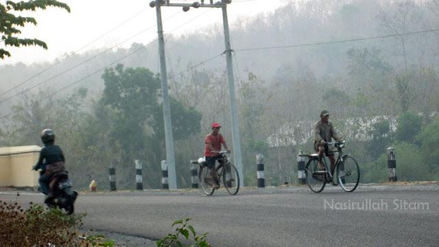 Para pesepeda pagi hari di sudut jalanan Bantul