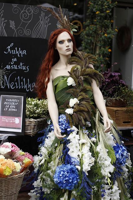 Kukkakauppa Neilikka, leikkokukista tehty mekko