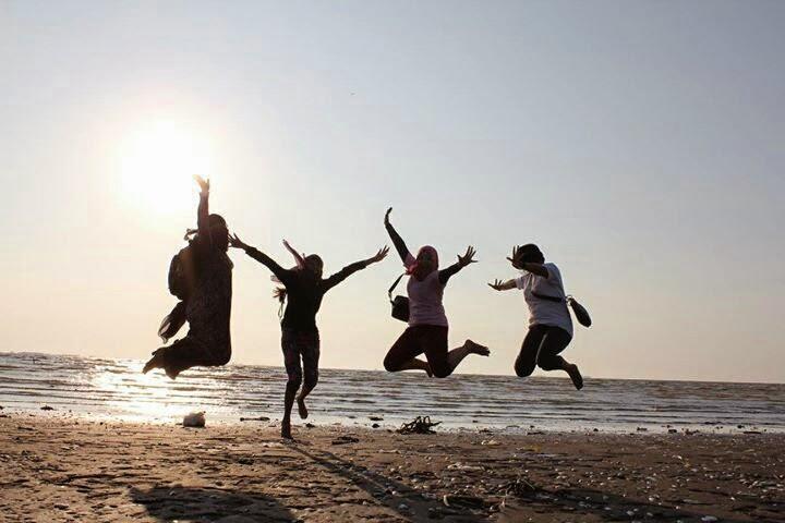 Bidan Komunitas GBUS di Pantai Muaragembong Bekasi