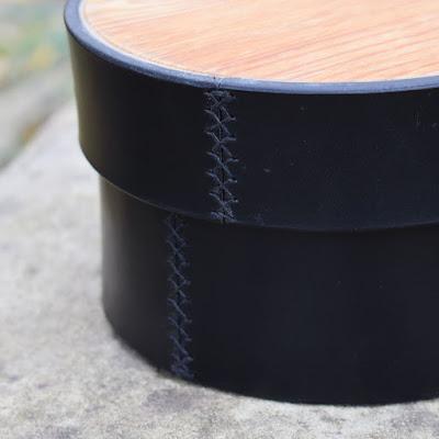 Scatola cilindrica in cuoio e legno fatta a mano e disponibile in diversi colori