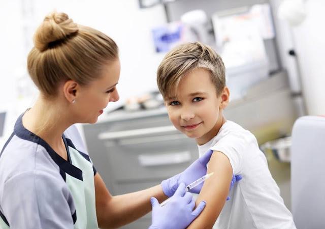 infermiera vaccinare bambino per poliomelite