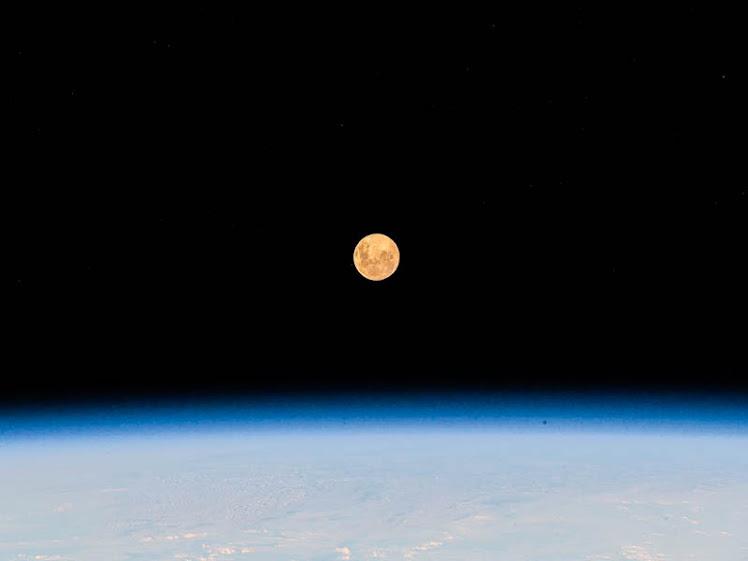 Superlua vista pela ISS, acima do Oceano Índico