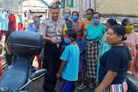 Peduli Warga, Brigadir Agus Salim Bagi Masker Gratis di Dompu