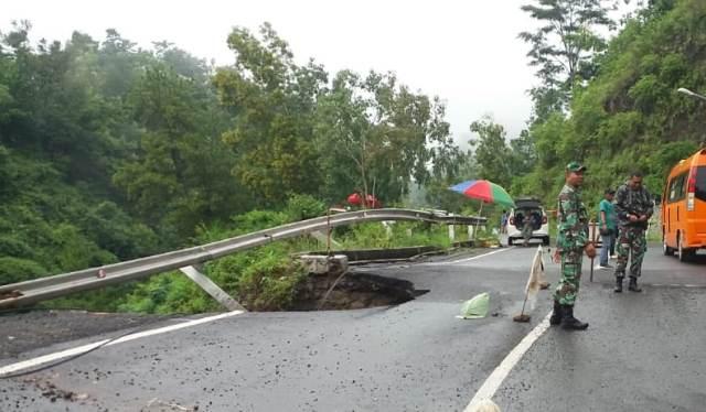 Jalan Longsor, Anggota Koramil 0802/10 Slahung Turun ke Lokasi