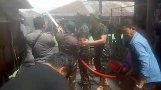 TNI dan Warga Berjibaku Padamkan Kebakaran Pemukiman di Kecamatan Nipah Panjang