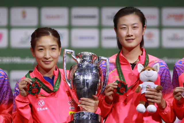 Liu Shiwen e Ding Ning com as medalhas no pódio do Campeonato Mundial de Tênis de Mesa Budapeste 2019