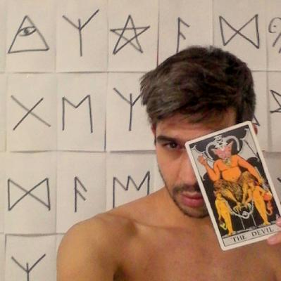 Selfie para instagram representando la carta del tarot XV THE DEVIL por el escritor artista y modelo famoso Sir Helder Amos