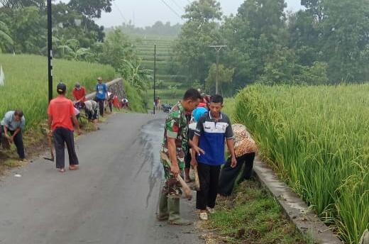 KodimKaranganyar - Babinsa Bersama Pemuda Desa Melaksanakan Karya Bakti Pembersihan Jalan Dusun