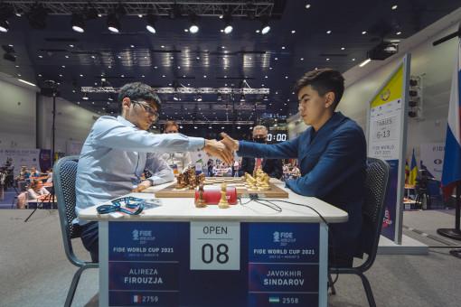 Alireza Firouzja opposé au jeune grand maître de l'Ouzbekistan Javokhir Sindarov lors des départages du 2ème tour de la coupe du monde d'échecs 2021 - Photo © Eric Rosen
