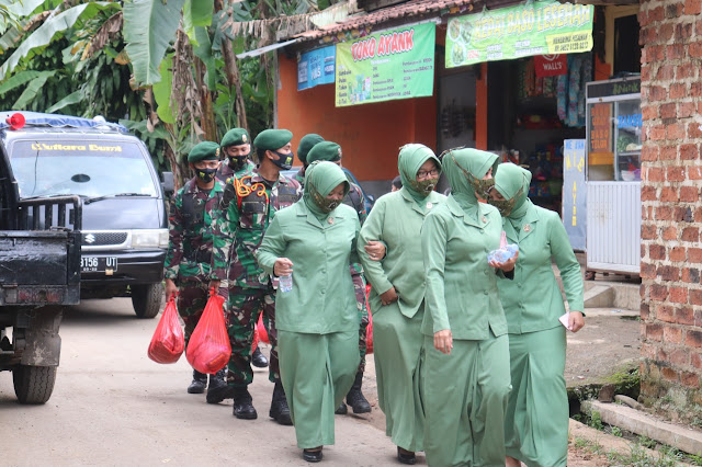 Danyon Armed 13 Kostrad Berikan Bantuan Sembako Ke Warga Cikembang Sukabumi