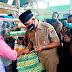 Mahyeldi Ansharullah Membagikan Sebanyak 200 keranjang Belanja Hasil Daur Ulang Untuk Pembeli di Pasar Alai Padang,