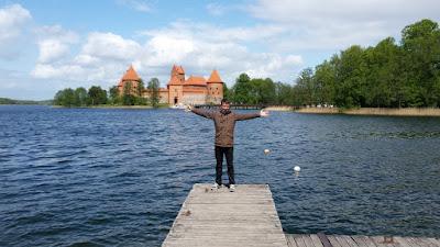 trakai-lago-y-castillo-al-fondo-lituania-enlacima