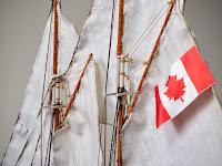 Dettaglio delle vele di maestra e di trinchetto del Bluenose I Amati con la bandiera rossa del Canada