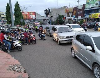 Satlantas Polresta Jambi Terjunkan Personil Untuk Mengurai Kemacetan Yang Terjadi Di Depan Mall Jamtos