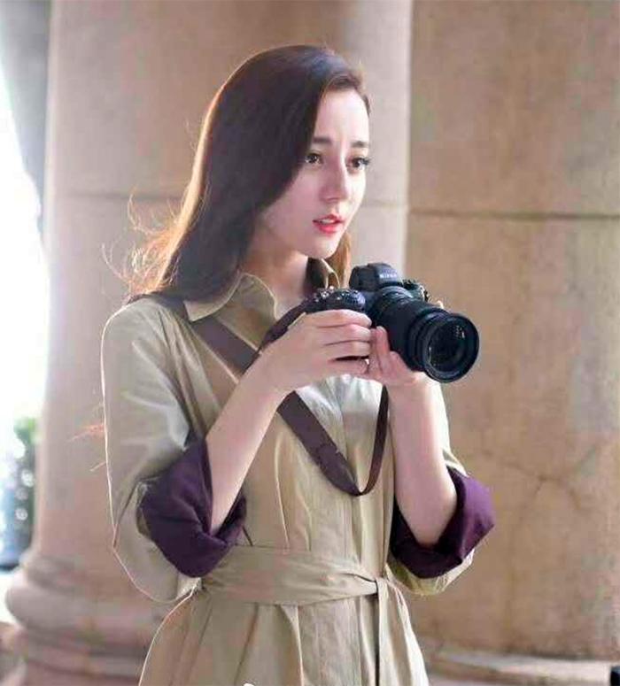 Девушка с фотоаппаратом Nikon