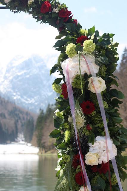 Freie Trauung, Rosenbogen, Monaco di Bavaria wine shades and wood grains, Hochzeitsmotto, heiraten 2017 im Riessersee Hotel Garmisch-Partenkirchen, Bayern, wedding venue, dunkelrot, dunkelgrün, Weinthema