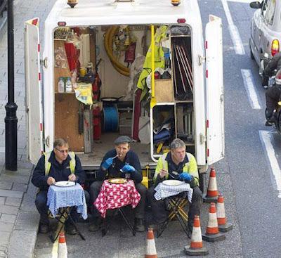 Lustige Bilder Straßenbauarbeiter machen Mittagspause Comedy