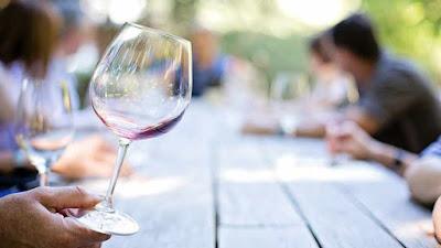 copa con un poco de vino blanco