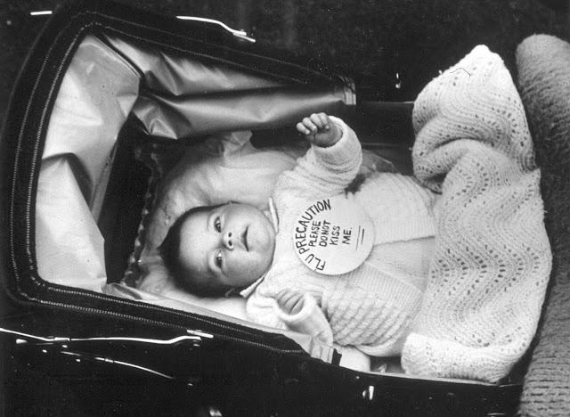 Bu bebeğin ebeveynleri, 1939 dolaylarındaki bu fotoğrafta doğru fikre sahipti. Gripten dolayı bebeklere dokunulmasına asla izin verilmezdi.