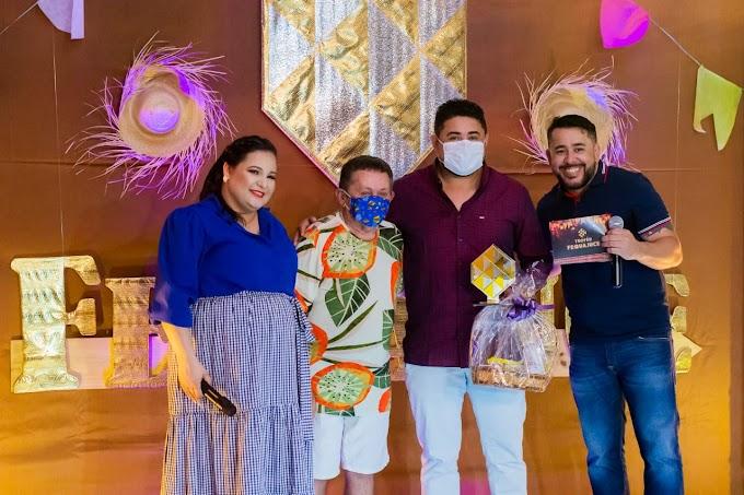Quadrilha Flor de Mandacaru de Cariré recebe troféus de melhor casamento matuto, casal de noivos e tema junino do Ceará
