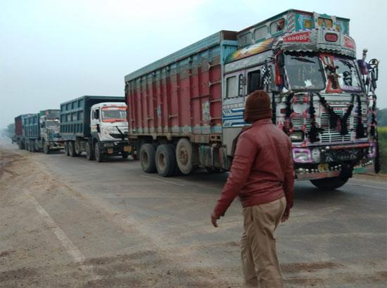 ताड़ीघाट-बारा पर ओवरलोड पांच बालू लदे ट्रकों को किया गया सीज