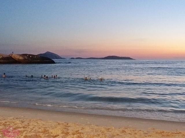 Banho de mar noturno no Rio de Janeiro