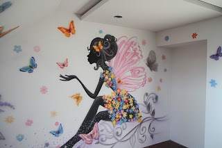 Nowoczesny wystrój w pokoju nastolatki, artystyczna malowanie sciany w pokoju dziewczynki
