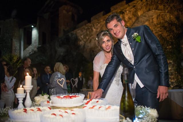 Idee per tavolo torta nuziale candele e fiori