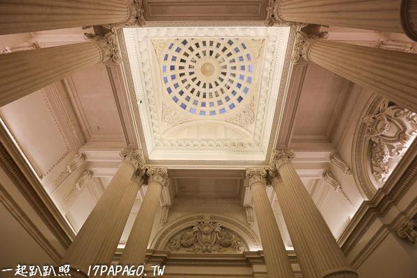 圓頂下方的天花板相當氣派,由12根柱子支撐,每3根為1組