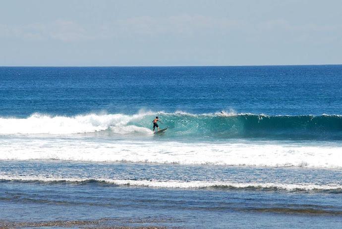 Surfista surfeando una ola