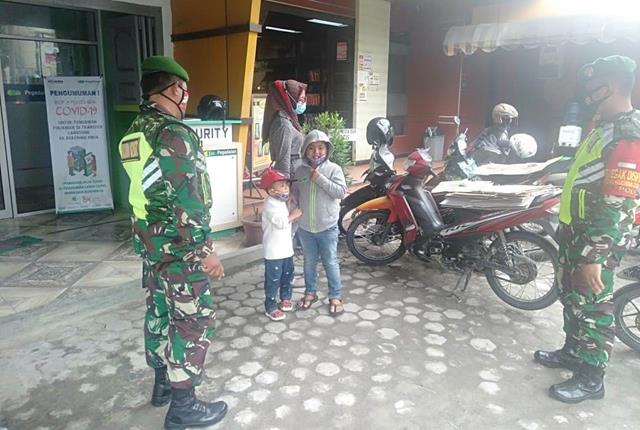 Edukasi Covid-19 Kepada Warga Saat Di Bank Oleh Personel Jaajran Kodim 0207/Simalungun