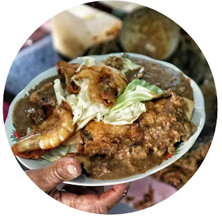 Racikan tahu gimbal terdiri dari potongan tahu goreng, lontong, tauge, telur ceplok, rajangan kubis mentah dan gimbal. Gimbal adalah bakwan udang. Kemudian campuran tadi diguyur saus kacang petis udang. Tahu gimbal banyak dinikmati masyarakat kota Semarang sat siang hari.