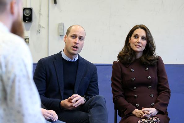 Dlaczego Kate nie zdejmuje płaszcza w pomieszczeniu?