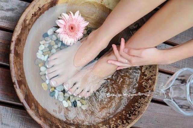 Thường xuyên ngâm chân vào nước ấm hai tuần/1 lần để khí huyết được lưu thông